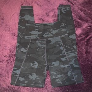 Camo surface pocket leggings